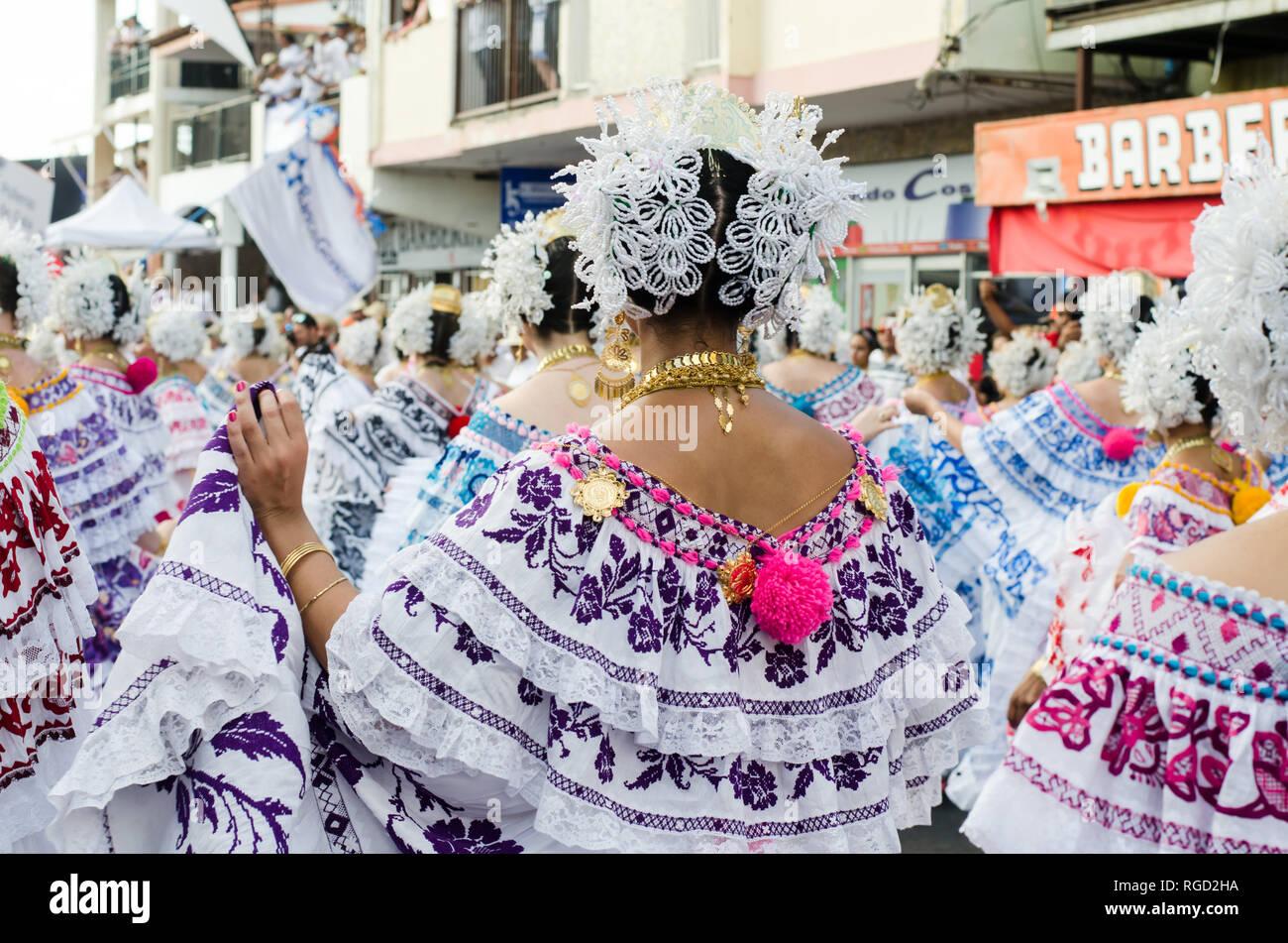 """Las mujeres vestidas con ropa tradicional panameño, conocido como """"La Pollera"""". Hay muchas variedades de polleras, dependiendo de su uso y de su lugar de origen. Imagen De Stock"""