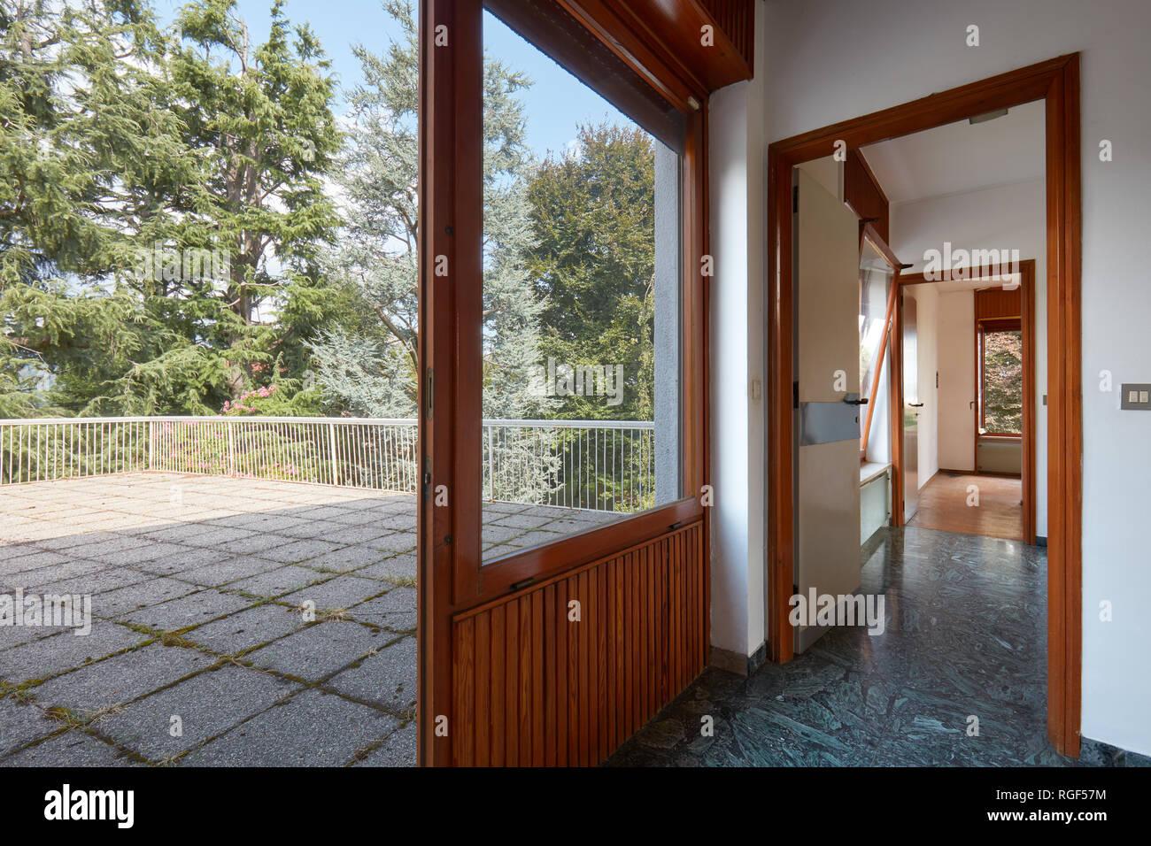 Corredor Y Gran Terraza En Casa De Campo Día Soleado Foto