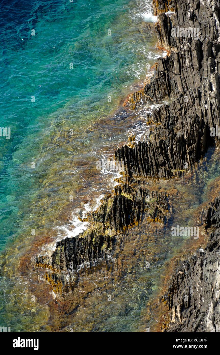 Rocas y patrones de orilla a lo largo de la costa mediterránea de Port Cros o el Parque Nacional de Port Cros Îles d'Hyères Var Côte d'Azur, Francia Imagen De Stock