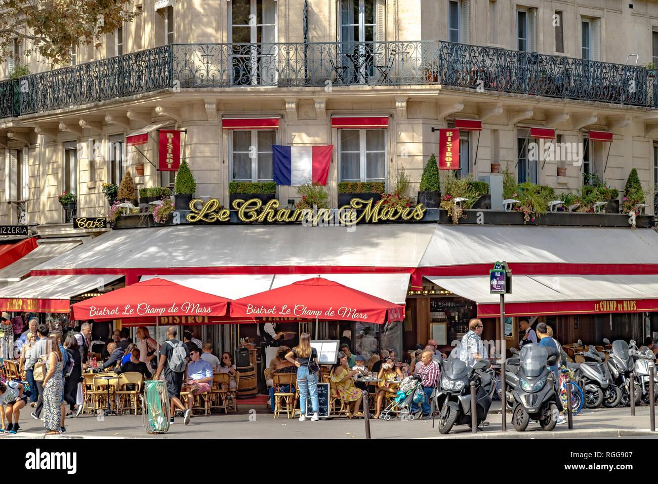 La gente cenando afuera en el pavimento en Bistrot Le Champ de Mars en un día de verano en París, Francia Foto de stock