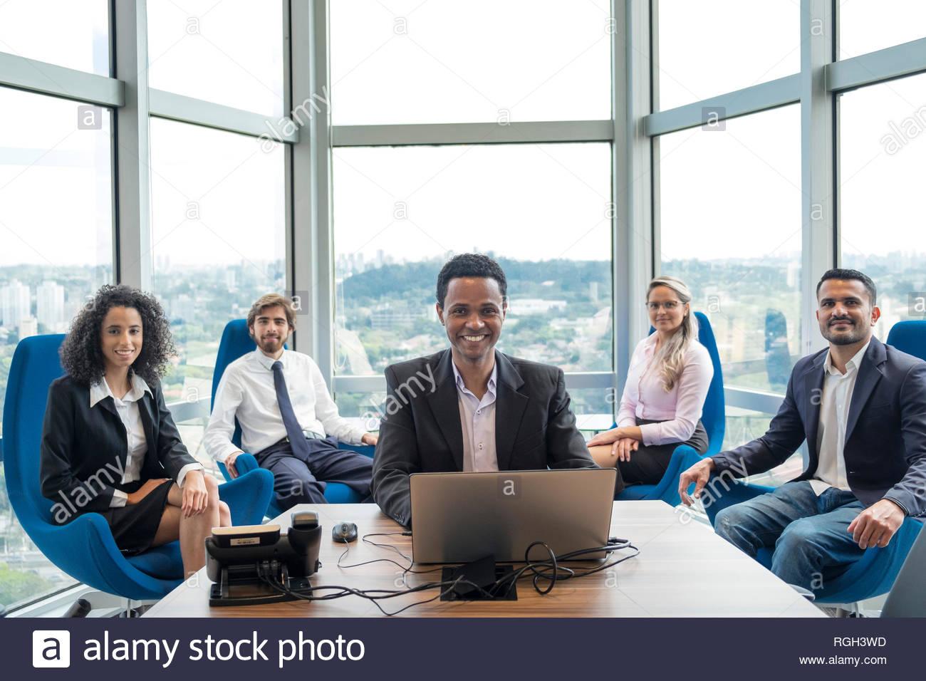 Un equipo mixto de la empresa brasileña de trabajadores en un plan abierto oficina en Sao Paulo Imagen De Stock