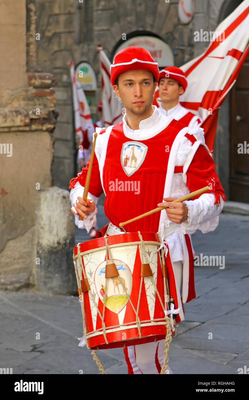 Procesión en ropas tradicionales, Corsa del Palio, en el centro histórico de la ciudad de Siena, Toscana, Italia, Europa Imagen De Stock