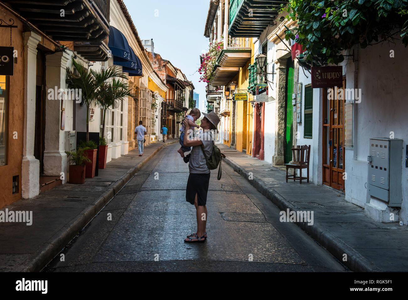 Colombia, Cartagena, ciudad vieja, madre sosteniendo a su bebé Foto de stock
