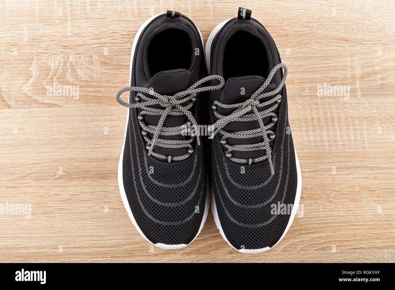 9b1506a7 Cerrar imagen de cómodo mens zapatillas sobre fondo de madera. Nuevo,  moderno, casual, calzado deportivo