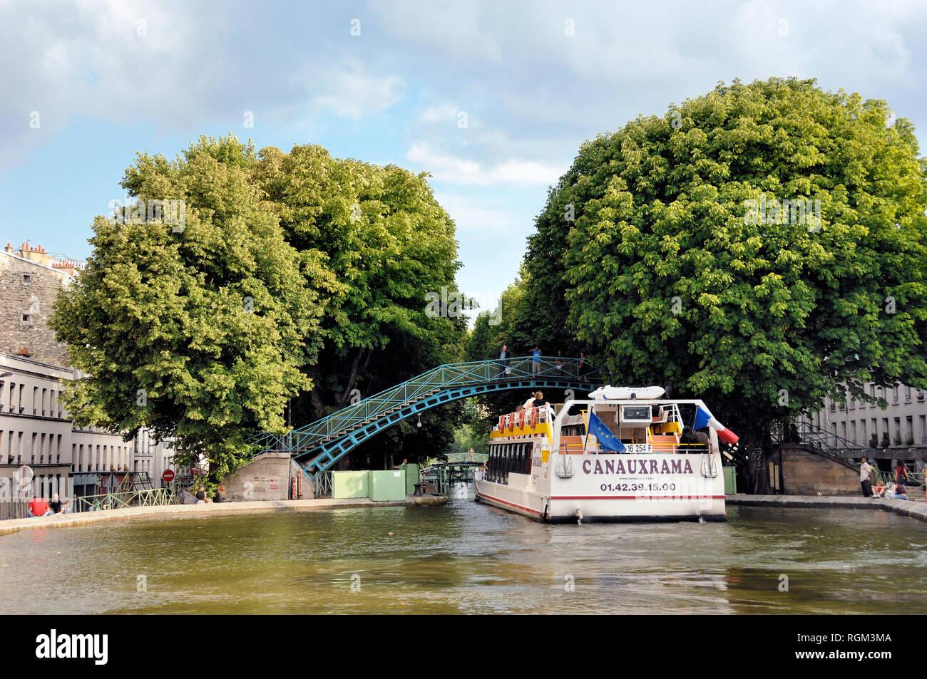 Viaje en barco o crucero por el Canal Saint-Martin París Francia Imagen De Stock