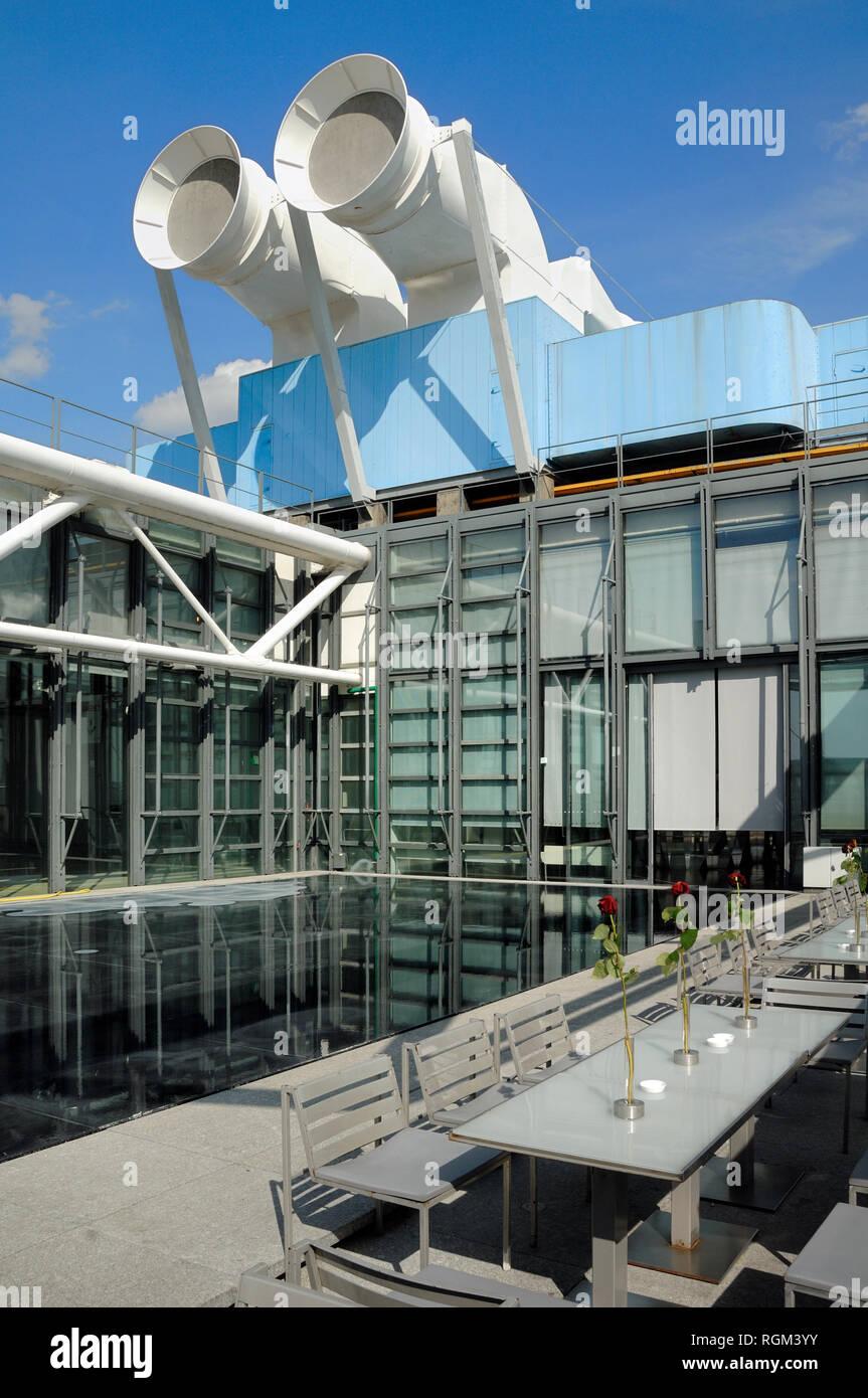 Restaurante en la azotea, Terraza y High-Tech Chimeneas de ventilación Centro Georges Pompidou o el Museo de Arte Moderno Beaubourg Paris France Imagen De Stock