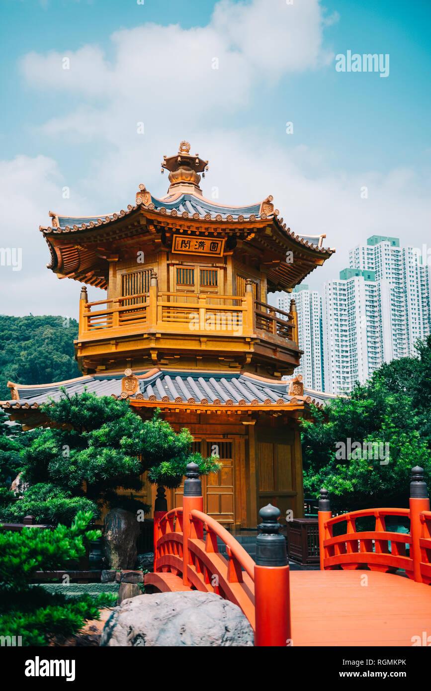 China, Hong Kong, Jardín Nan Lian, Pabellón Dorado de perfección absoluta rodeado de rascacielos Imagen De Stock