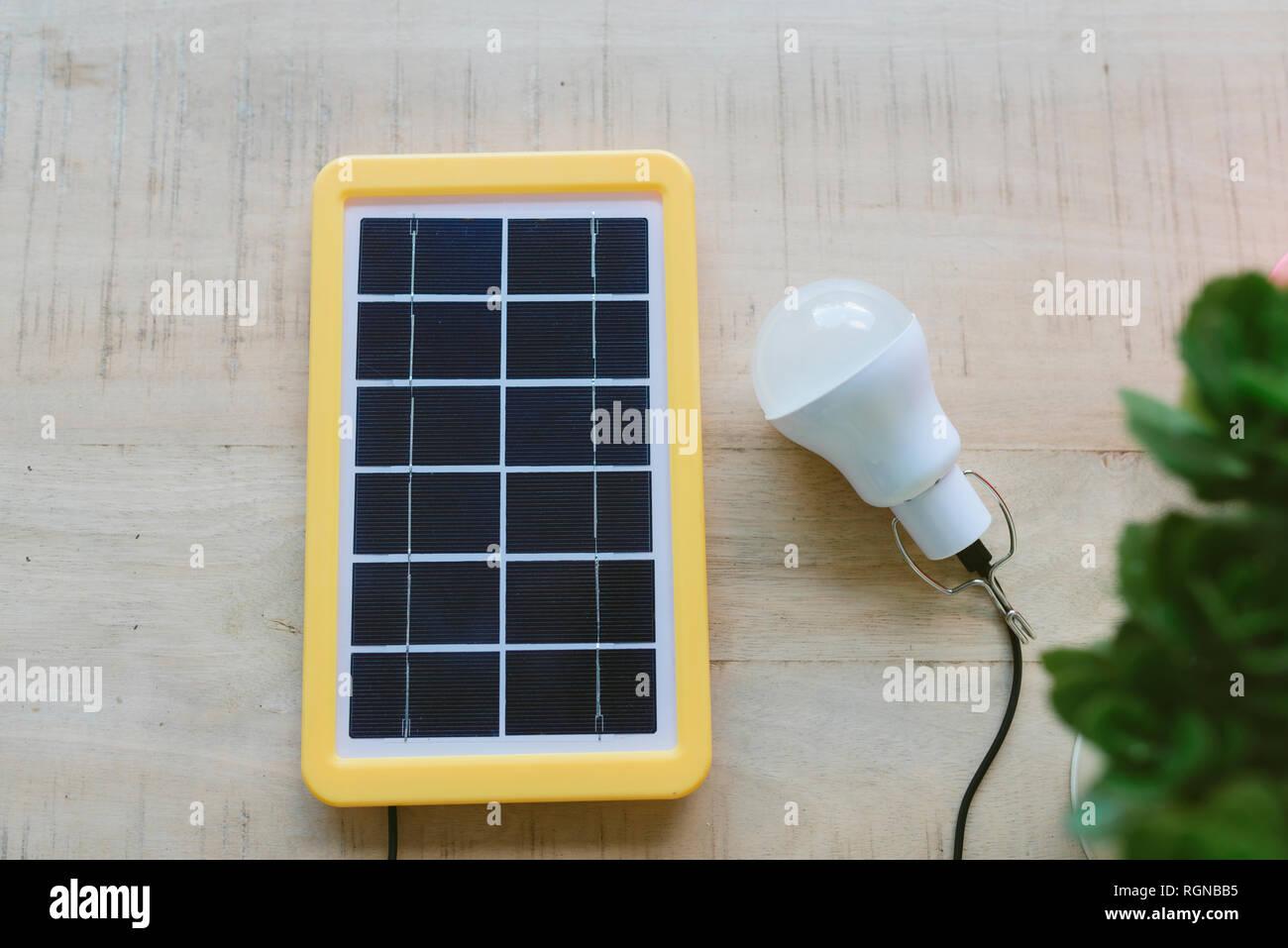 La tecnología de la energía renovable, panel solar, una bombilla de luz de carga Imagen De Stock