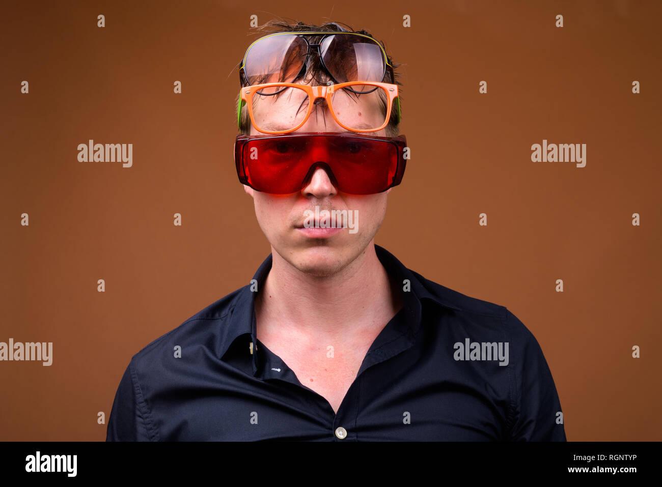 2280eaaf6 Joven hombre triste en la ropa mojada llevaba muchos gafas de sol Imagen De  Stock