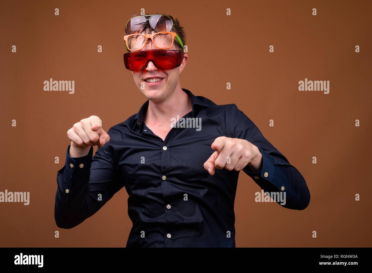 5a137a881 Hombre en ropa mojada sonriente y llevaba muchos gafas de sol Imagen De  Stock