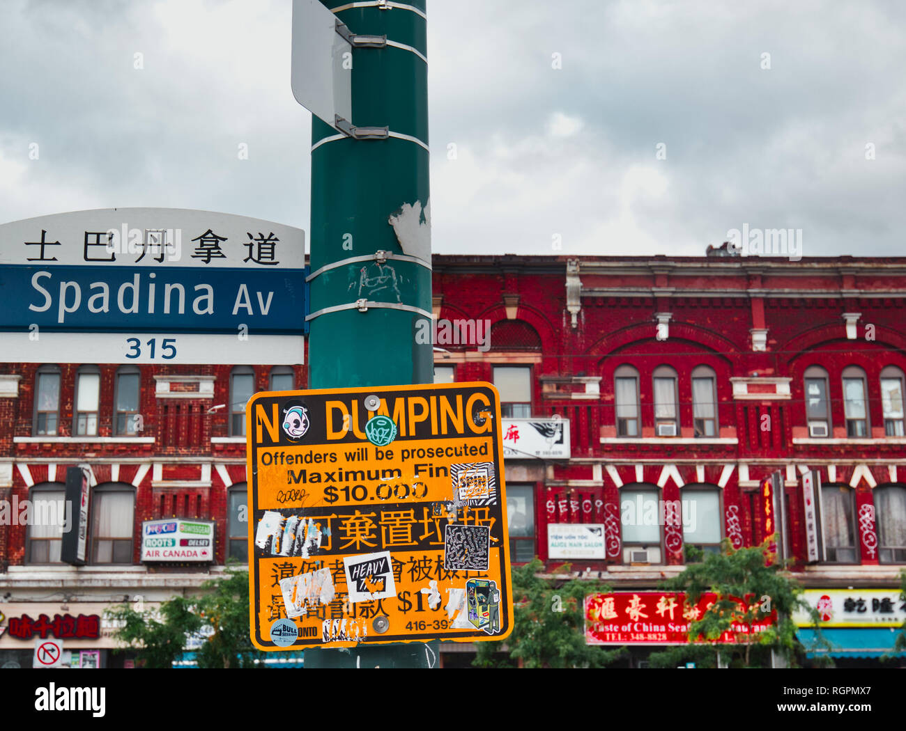 Spadina Avenue street cartel con el nombre en inglés y chino, Chinatown, Toronto, Ontario, Canadá Foto de stock