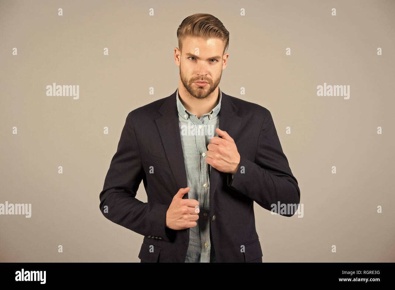 Concepto de ropa formal. El hombre barbado rostro estricto lleva ropa formal 47fc5bbe5a84