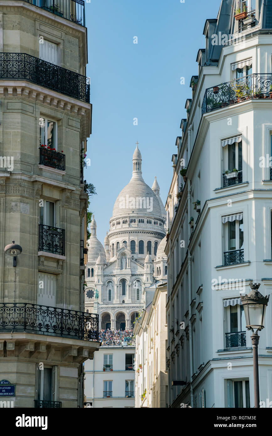 Por la tarde vista exterior de la Basílica del Sagrado Corazón de París, Francia Foto de stock