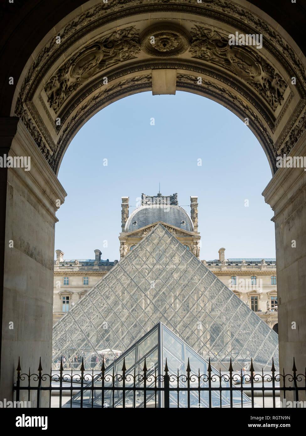 En Francia, el 7 de mayo: vista exterior de la famosa pirámide y el Museo del Louvre, el 7 de mayo de 2018, en París, Francia Foto de stock