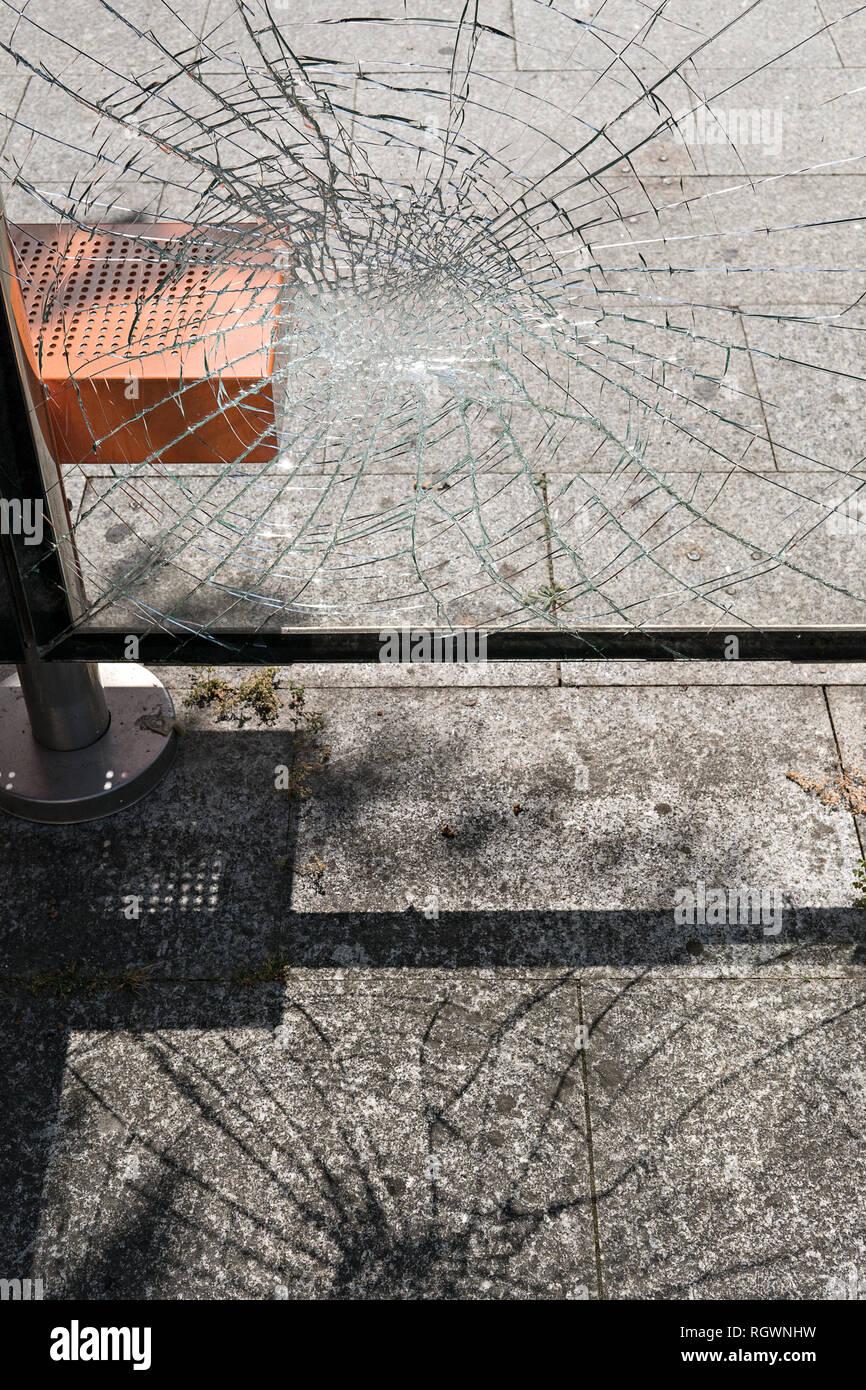 Concepto de vandalismo. Vidrio dañado en la parada del autobús refugio. Los problemas sociales Foto de stock