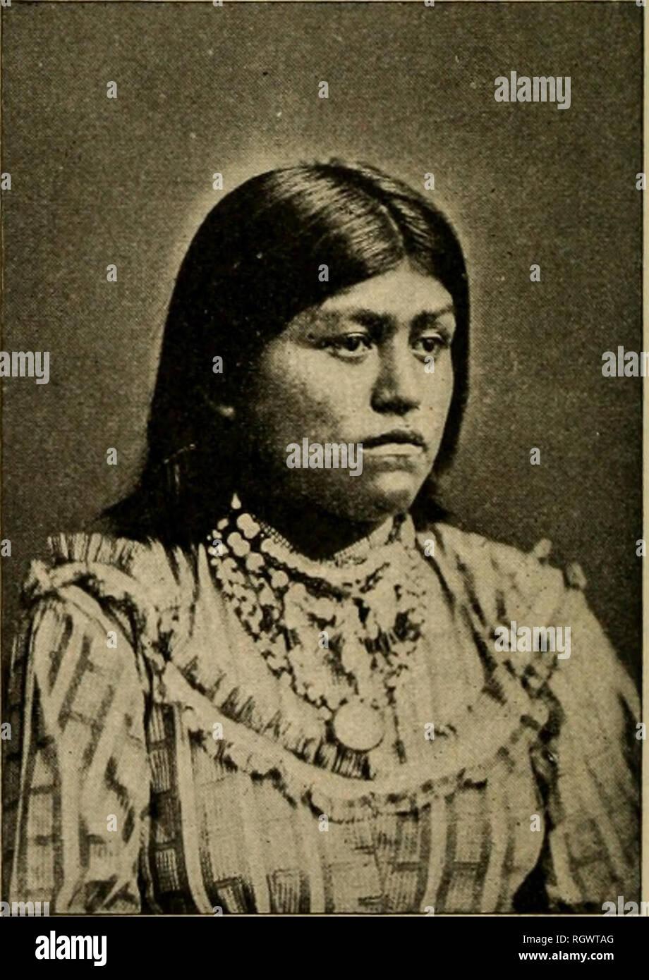 . Boletín. Etnología. CHIQUITO, UN HOMBRE COYOTERO PINAL Gila hasta que fueron sul)por el Gen. dued Crook en 1873. Desde entonces se han labrado pacíficamente sus tierras en San Carlos. Esposa de CHIQUITO Blanco (Hist. Apaches, MS., B. A. E., 1875), desde hace varios años un cirujano en Fort Apache, dice que tienen suaves, voces musicales. Por favor tenga en cuenta que estas imágenes son extraídas de la página escaneada imágenes que podrían haber sido mejoradas digitalmente para mejorar la legibilidad, la coloración y el aspecto de estas ilustraciones pueden no parecerse perfectamente a la obra original. La Smithsonian Institution. Mesa de Etnología Americana. Washin Imagen De Stock