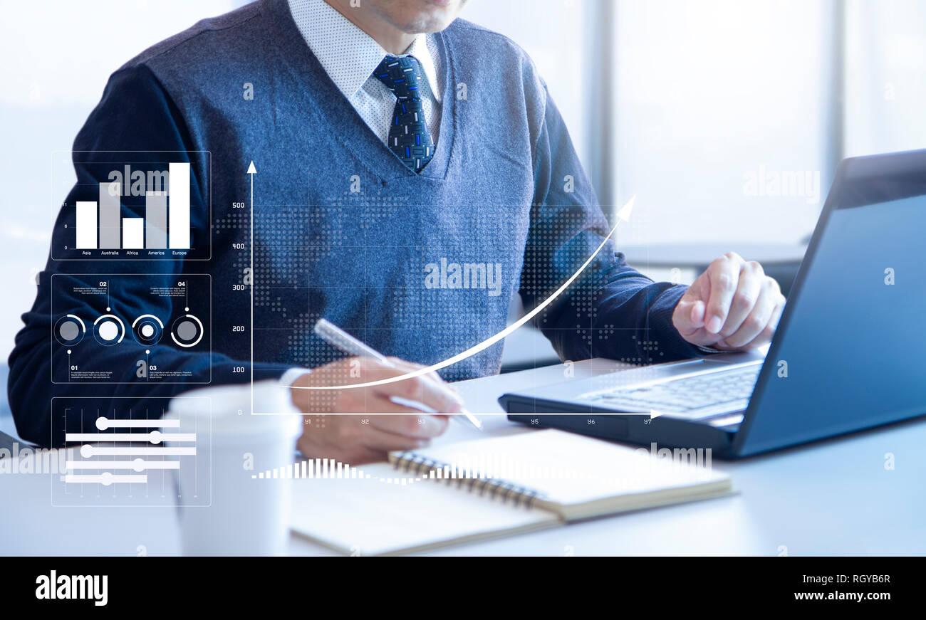 El empresario busca en un ordenador portátil portátil revisando profundamente los informes financieros para un retorno de la inversión o el análisis de riesgo de inversión. Foto de stock