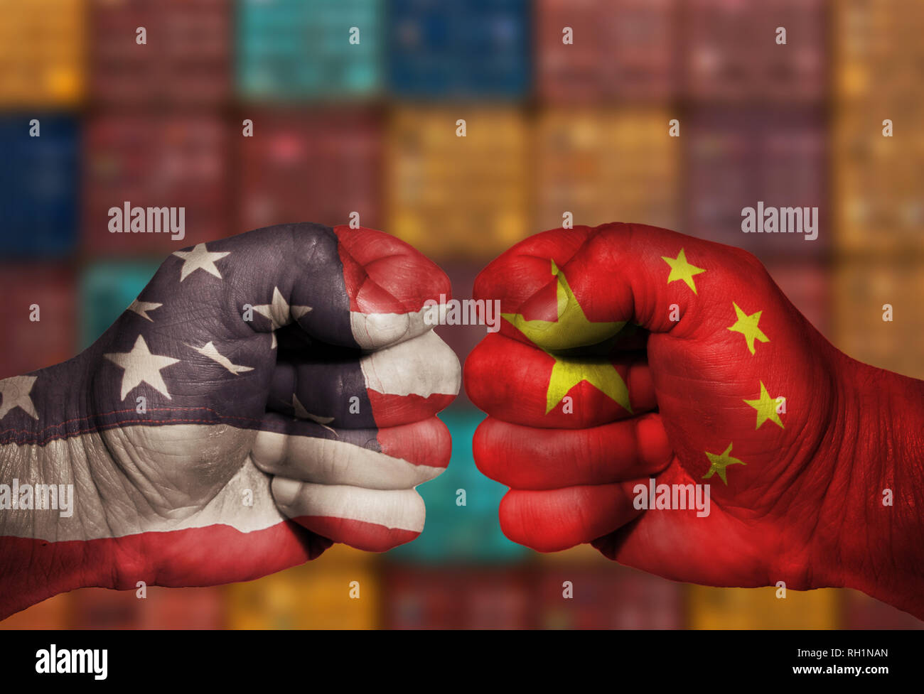 Ee.Uu. y China chino puño compitiendo en una batalla de guerra comercial económica con contenedores de envío en segundo plano. La imagen nos USA y China Foto de stock