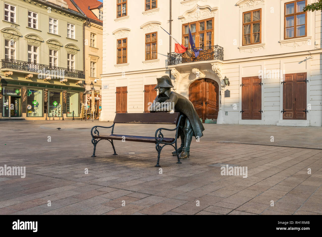 Estatua de bronce de Napoleón en frente de la Embajada de Francia en la plaza principal de Bratislava. Foto de stock