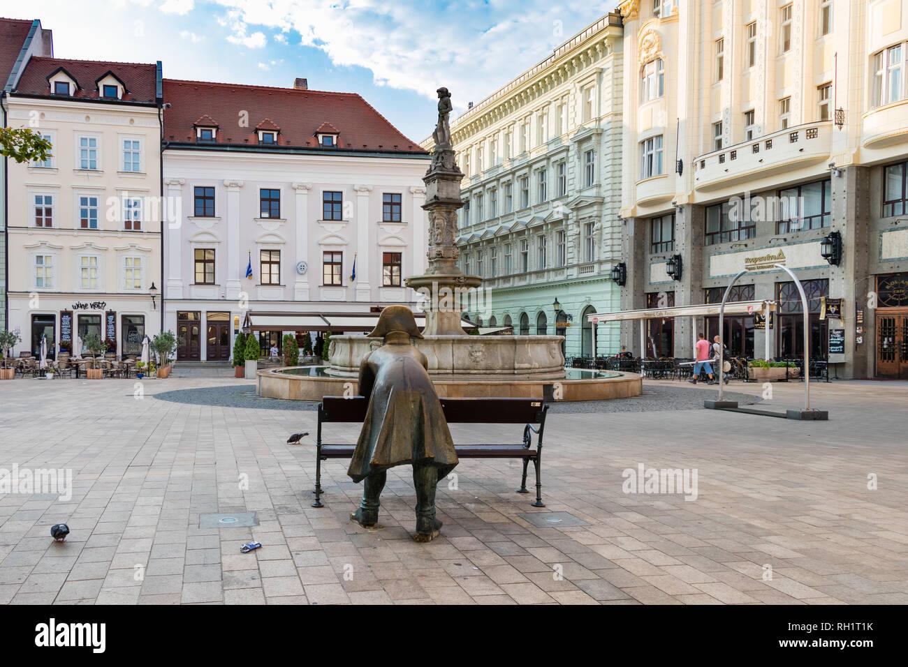 BRATISLAVA, Eslovaquia - 20 de agosto de 2018: la estatua de bronce de un soldado recostada sobre la plaza principal de Bratislava. Foto de stock