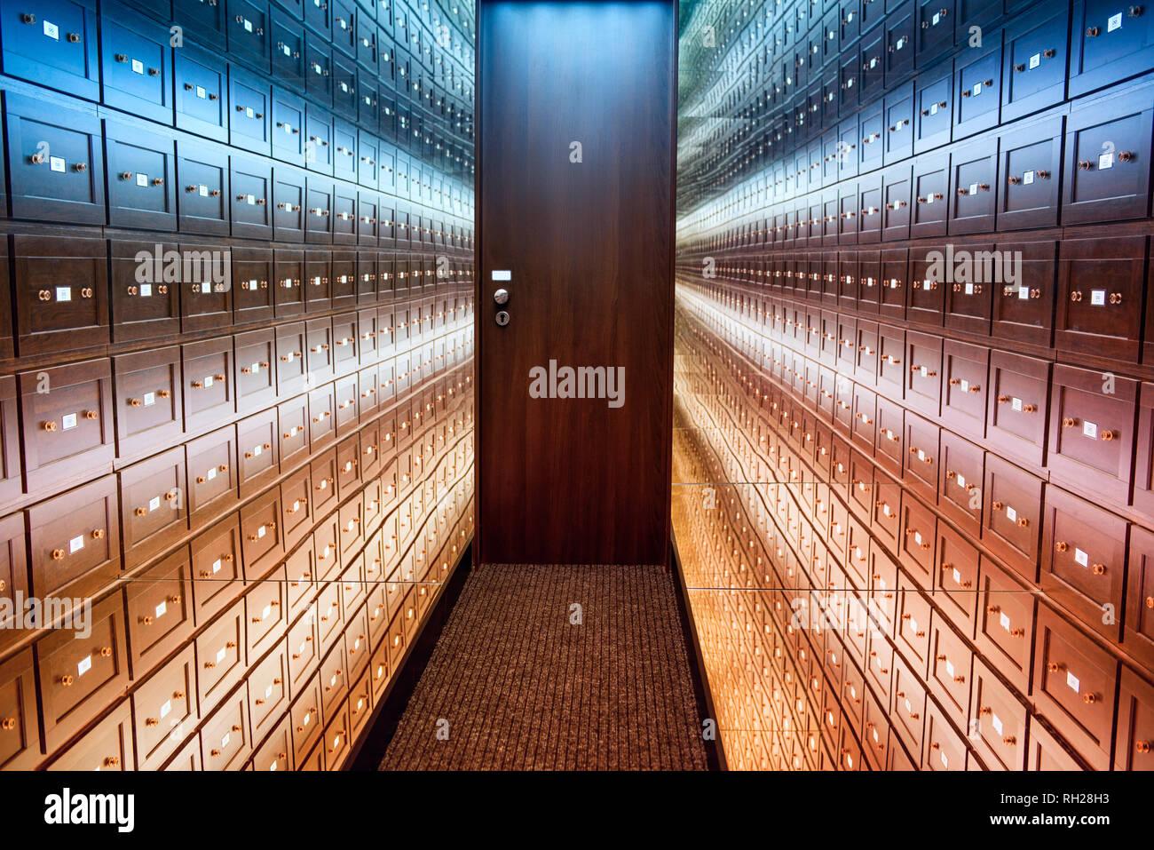 La habitación caja de seguridad es una sala multi-coloreado de ilusiones. Una habitación de ilusiones.La habitación está segura con una puerta marrón. La habitación está iluminada. Foto de stock