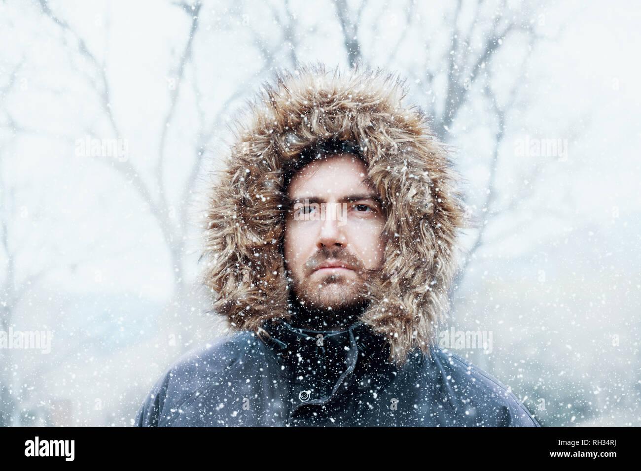 El hombre en la temporada de invierno y día de nieve Foto de stock