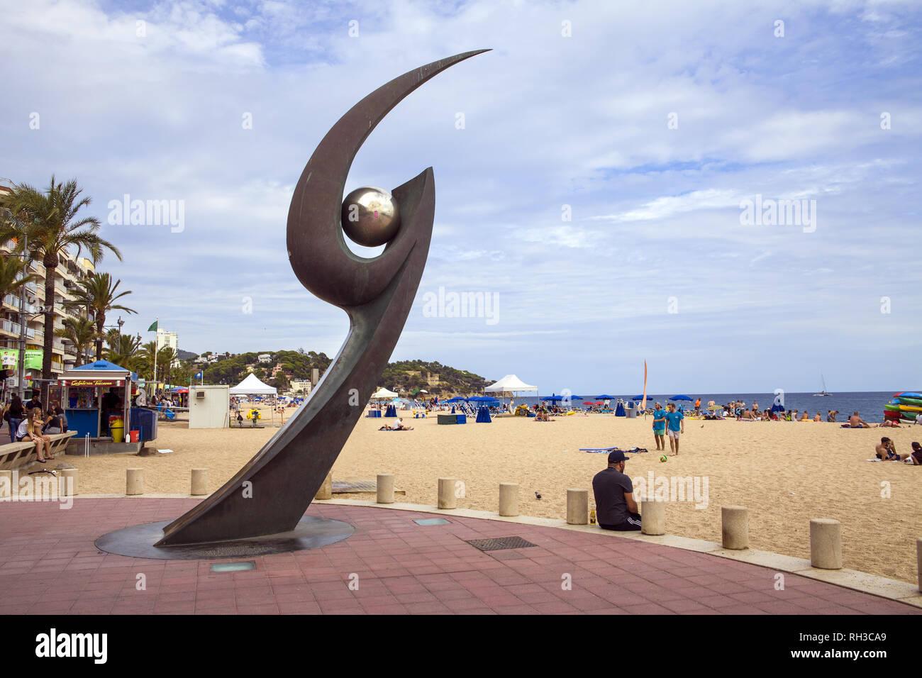 Monumento de L'Esguard en Lloret De Mar. popular playa spot. Garra de metal con el balón. Escultura diseñada por Rosa Serra en conmemoración de reunión Foto de stock
