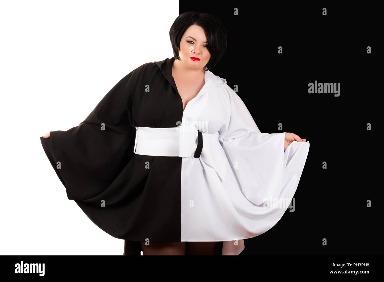 c4fa57edf6 Encantadora mujer grasa en un hermoso vestido blanco y negro sobre fondo  blanco y negro Imagen