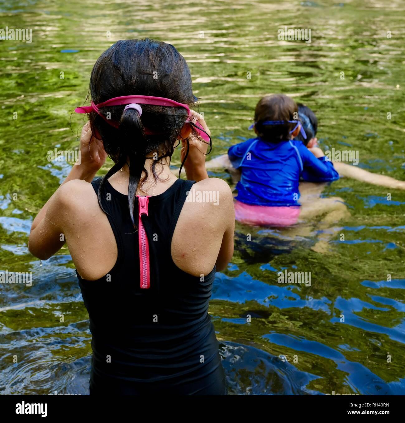 Natación con la madre hija en la espalda, Finch Hatton, Queensland, Australia 4756. Foto de stock