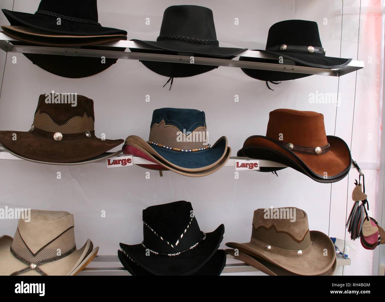 Estos sombreros occidentales están para la venta en este mercado al aire  libre. Imagen De 1273e5b99a4