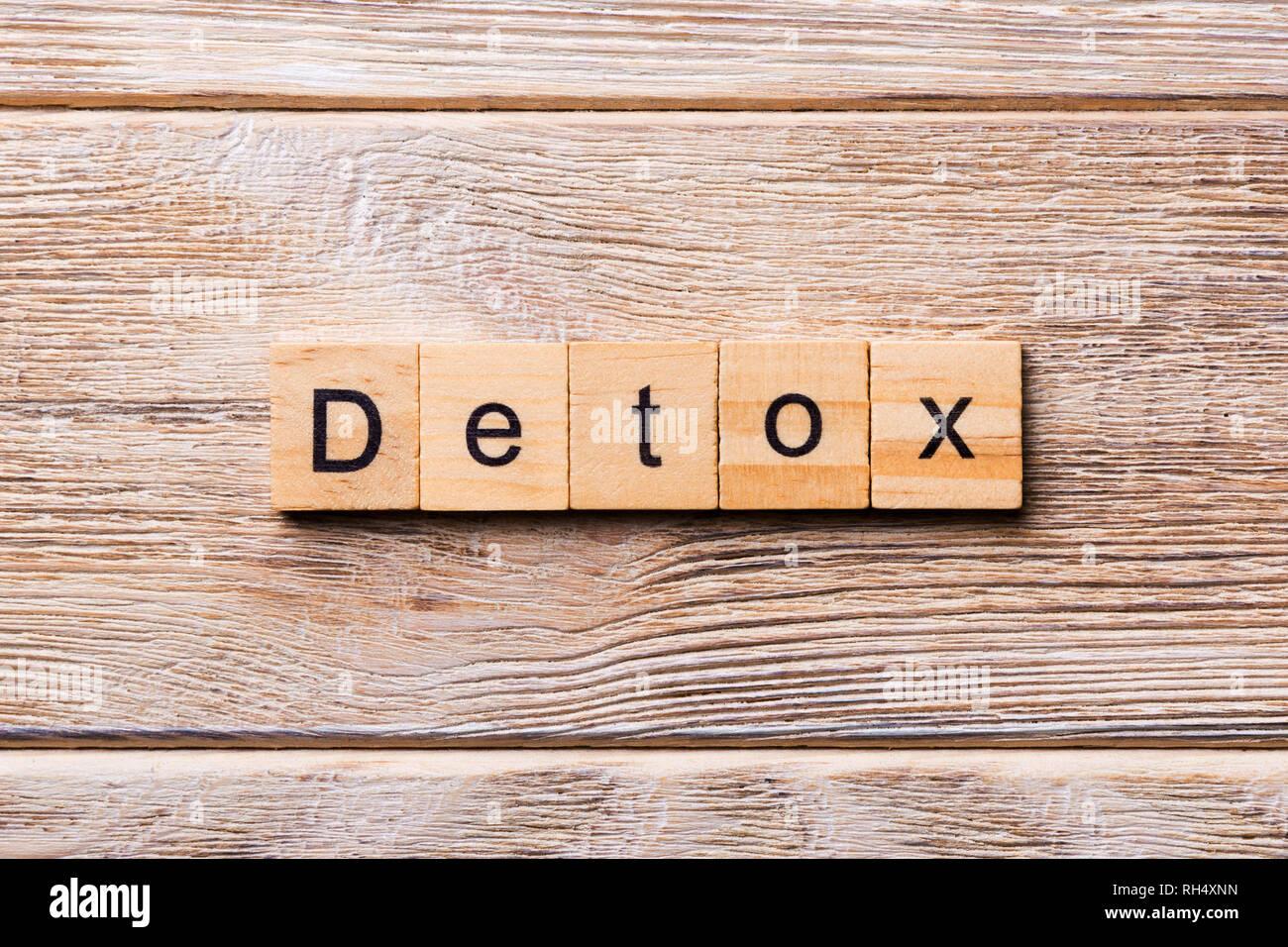 Detox palabra escrita sobre un bloque de madera. detox texto sobre mesa de madera para su diseño, concepto. Imagen De Stock