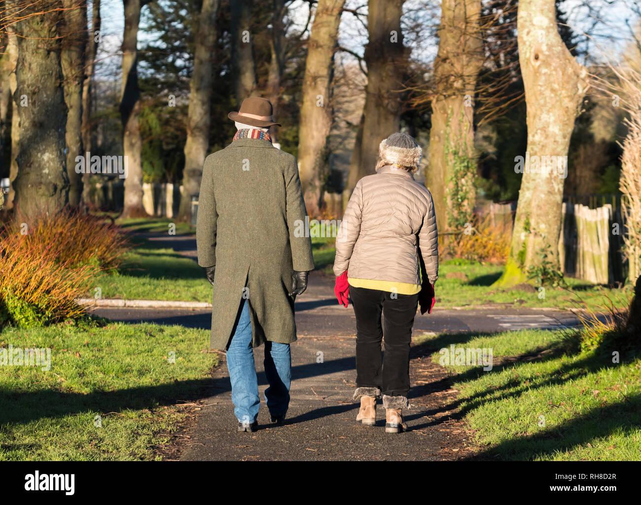 Edad media o superior de pareja vestida con ropa de abrigo de invierno con  bufanda y 7cd02f3e061