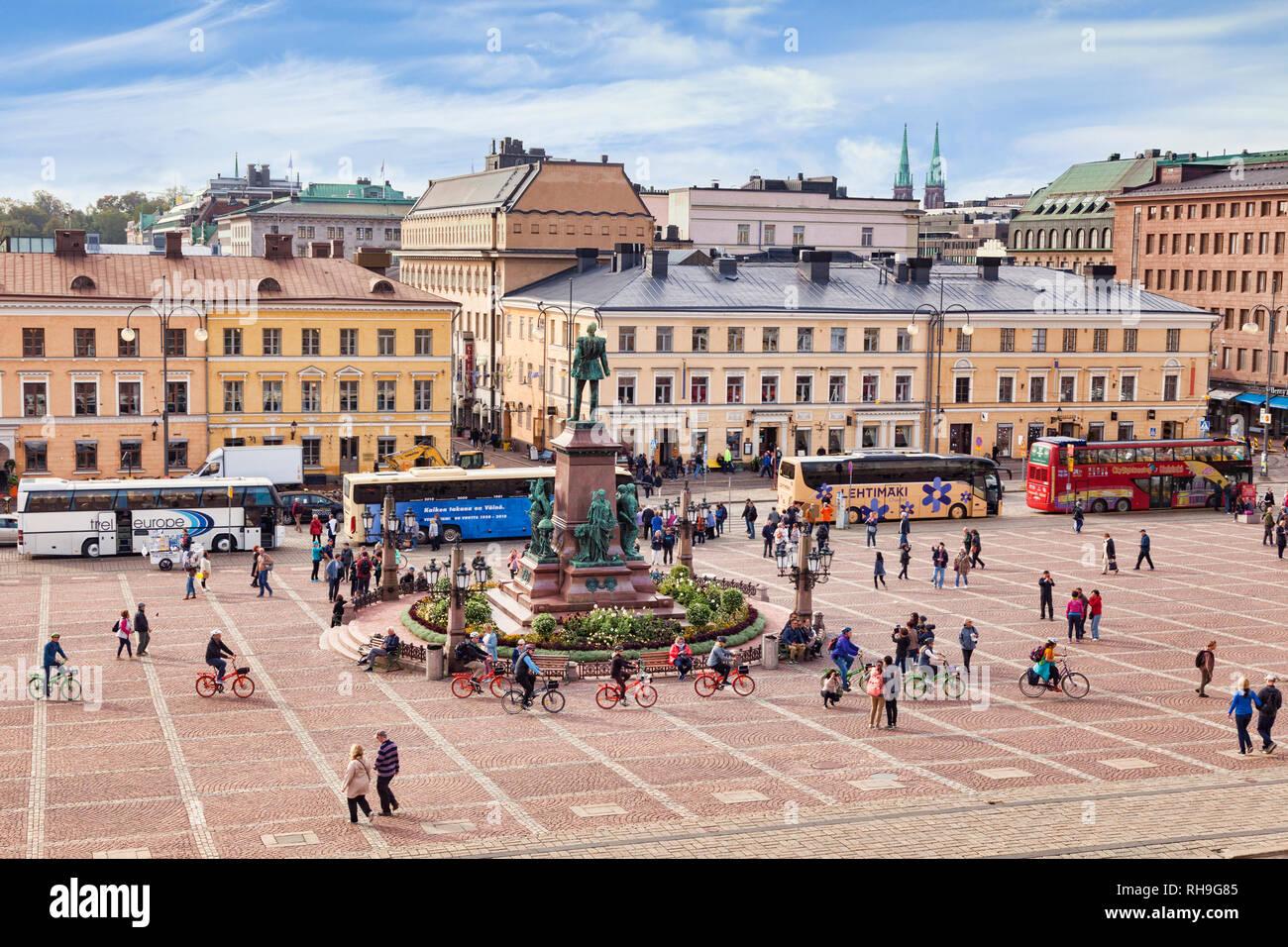 El 20 de septiembre de 2018: Helsinki, Finlandia - la Plaza del Senado, con la estatua de Alejandro II, autobuses turísticos, y montones de turistas, incluyendo un tour en bicicleta. Imagen De Stock