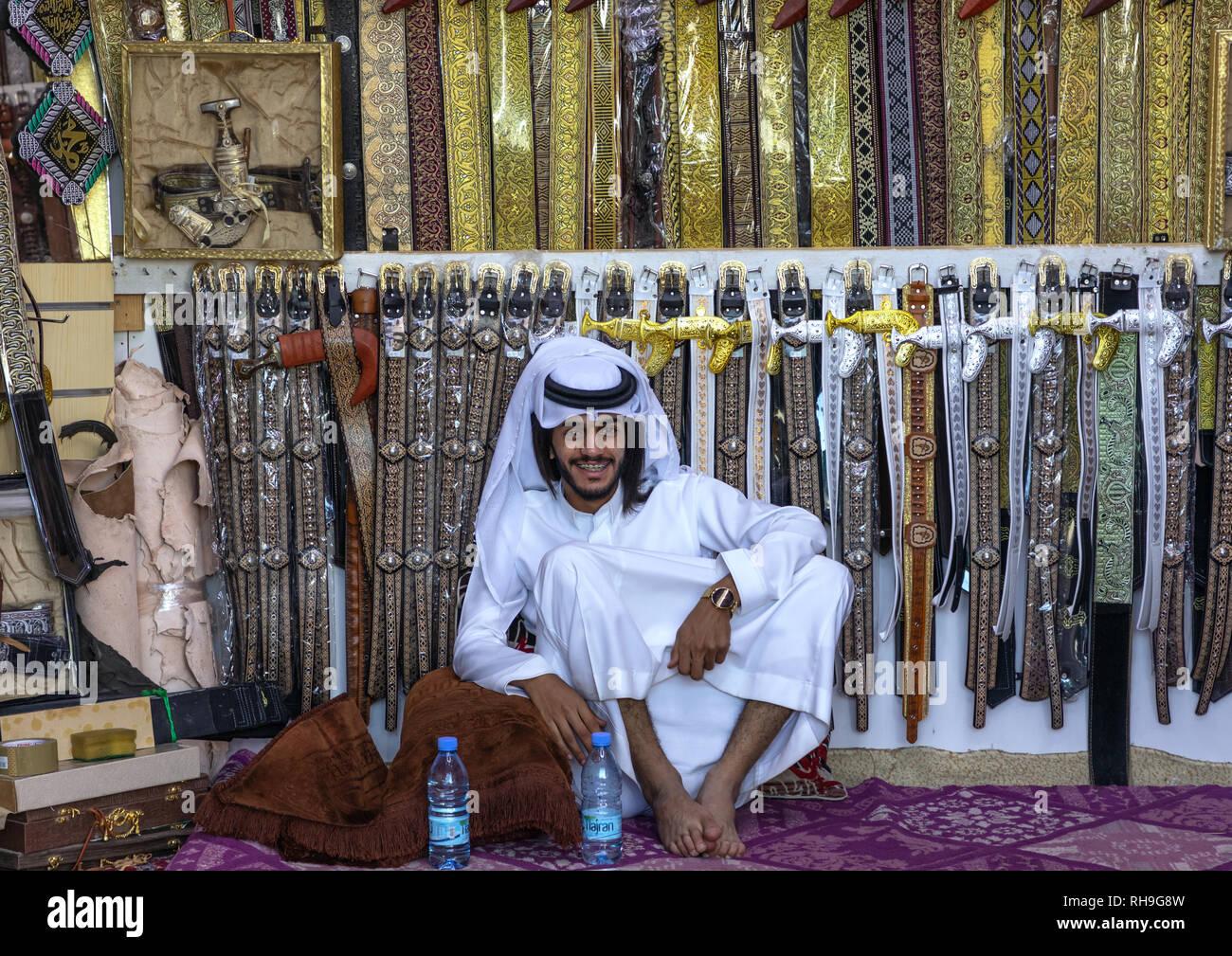 Arabia hombre venden cinturones y janbiya puñales, Provincia de Najran, Najran, Arabia Saudita Imagen De Stock