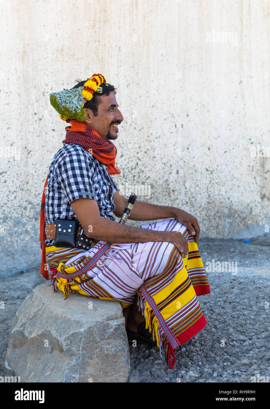 Retrato de un hombre vestido con flor de una corona de flores en la cabeza, en la provincia de Jizan Addayer, Arabia Saudita Imagen De Stock