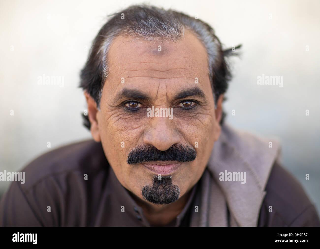 Retrato de un hombre saudí con kohl en sus ojos, provincia de Jizán,, Addayer, Arabia Saudita Imagen De Stock