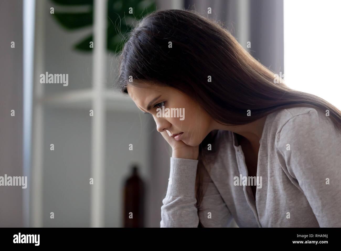 Sombrío malestar joven sentirse mal deprimidas y solas Imagen De Stock