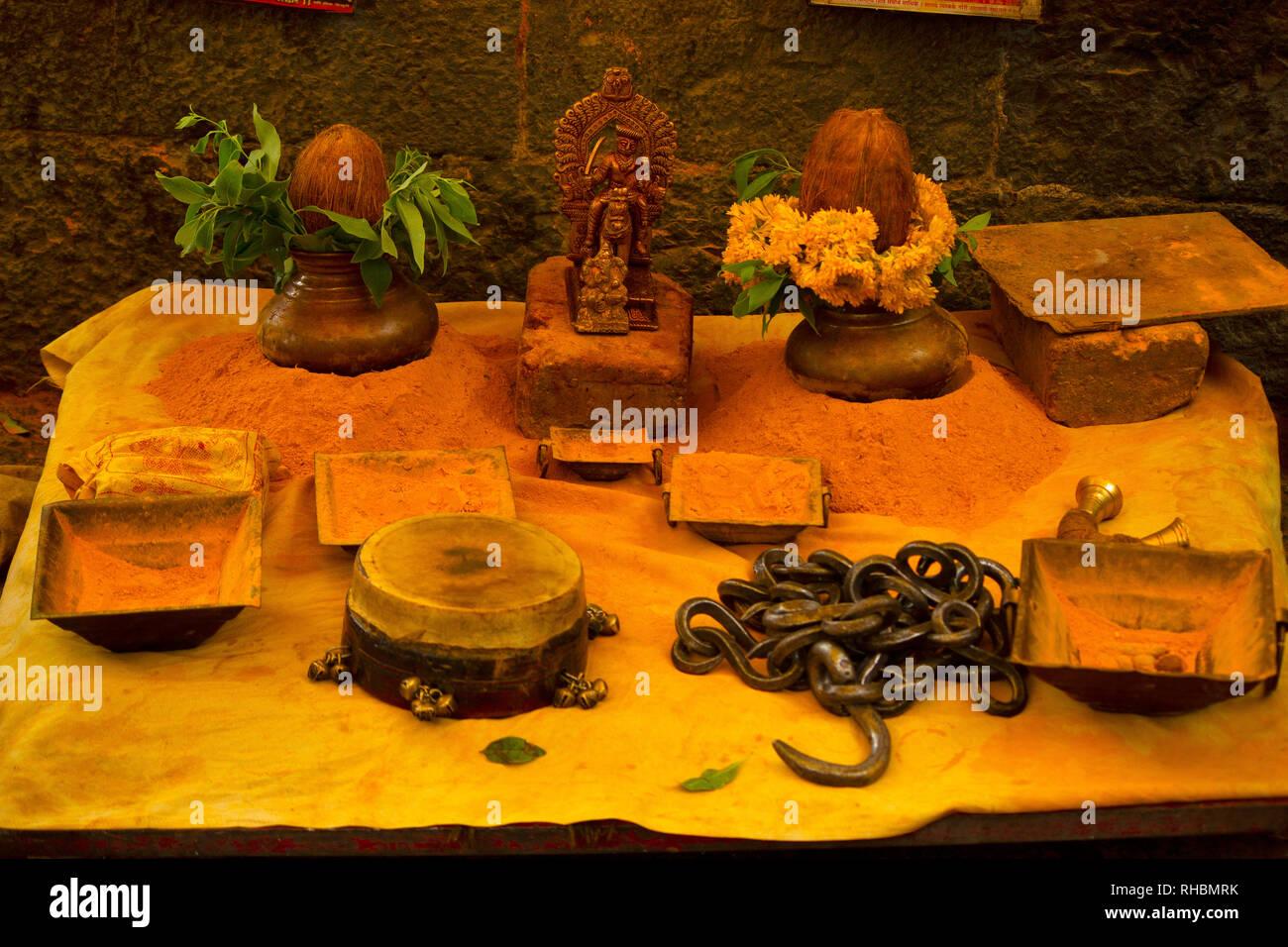 Elementos de culto en polvo de color azafrán, distrito de Pune, Maharashtra, India Foto de stock