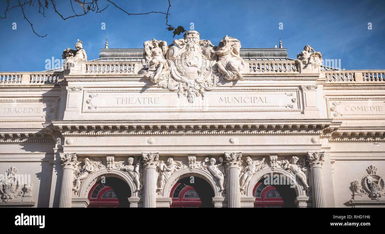 Sete, Francia - Enero 4, 2019: detalle arquitectónico del Teatro Moliere en un día de invierno. teatro municipal enumerados en el inventario histórico de Mon Foto de stock