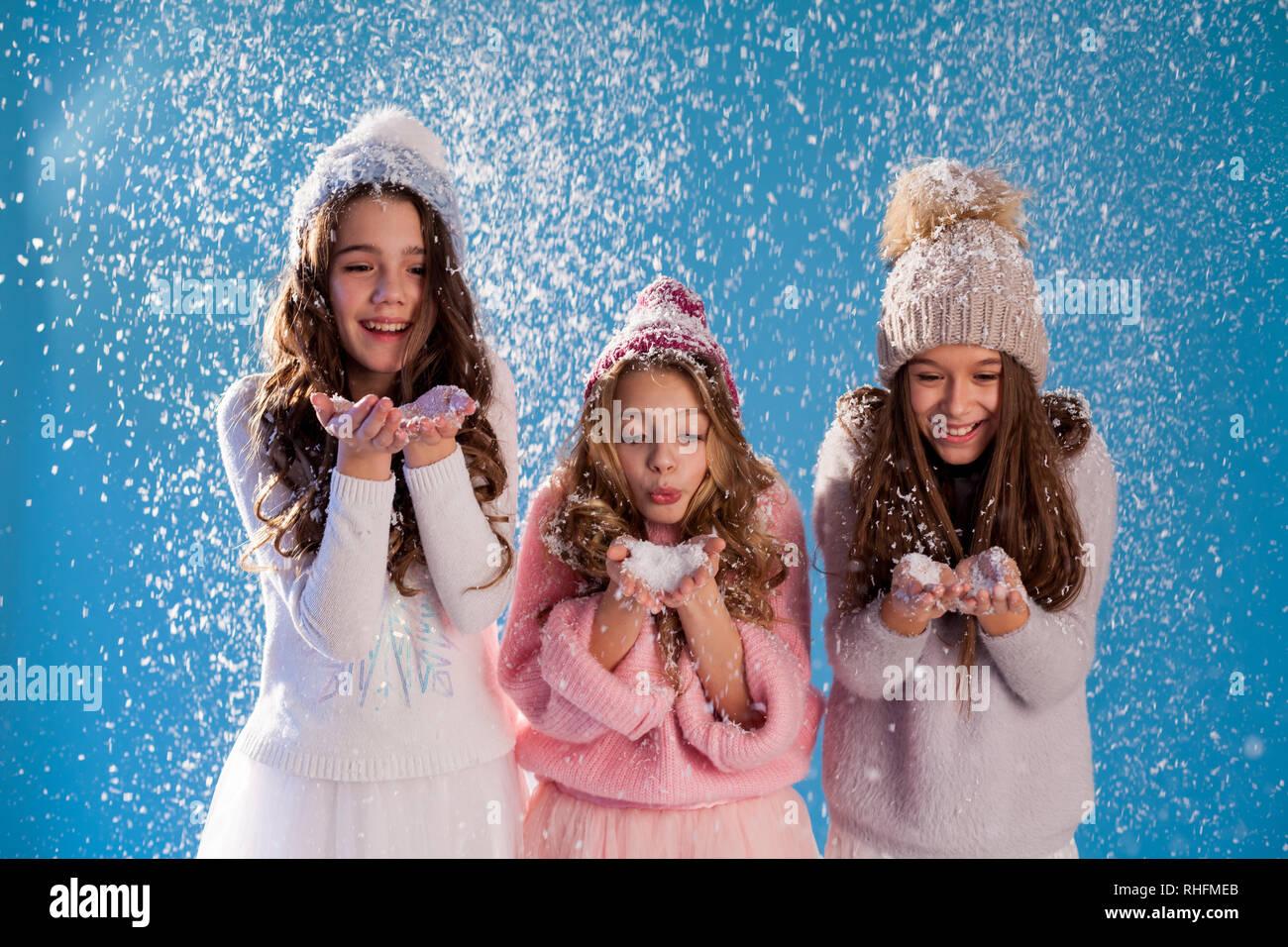 Tres chicas Moda sombreros tejidos en invierno la nieve del invierno Imagen  De Stock 1a9e6b4ea62