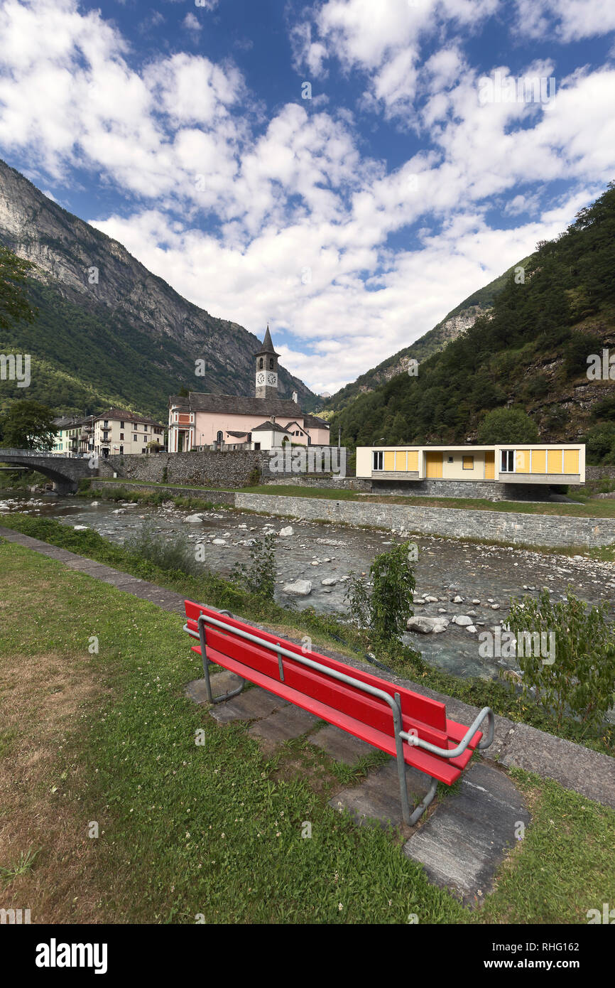 Bignasco es un hermoso pueblo en el distrito de Vallemaggia, en el cantón del Tesino, Suiza. Foto de stock