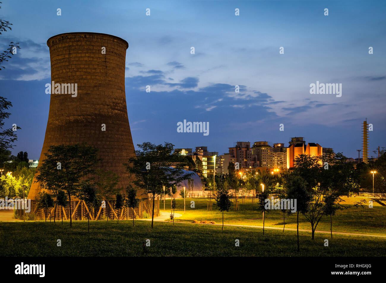 Turín (Torino) Parco Dora con la antigua torre de enfriamiento de la planta de Michelin Foto de stock