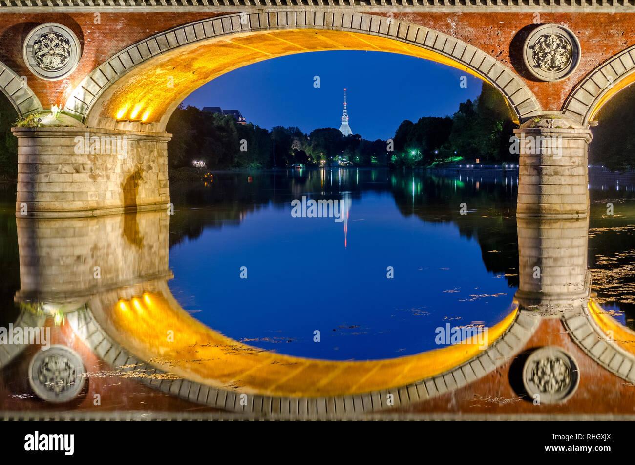 Turín (Torino) Ponte Isabella y el río Po en el Blue Hour con Mole Antonelliana en el fondo3 Foto de stock