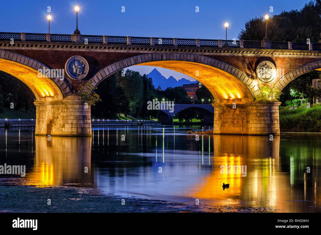 Turín (Torino), Isabella Bridge y Monviso en penumbra Foto de stock