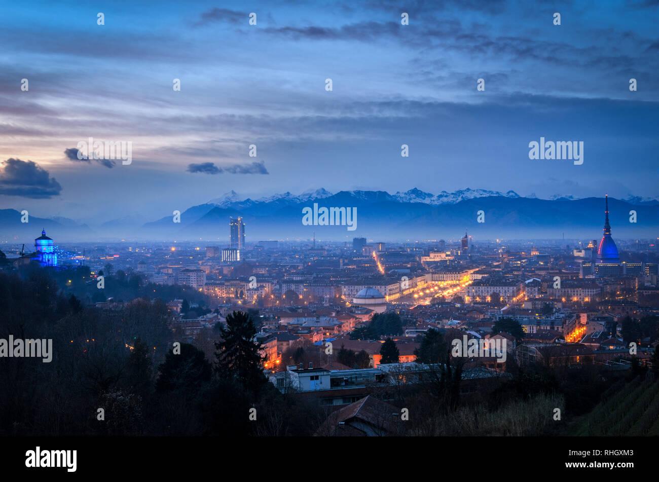 Turín skyline de alta definición con la Mole Antonelliana y Alpes Foto de stock