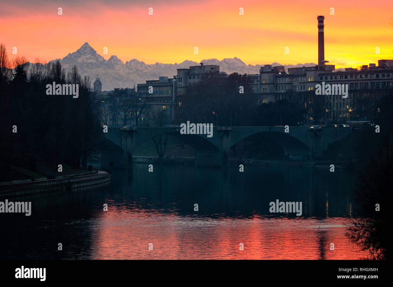 Turín scenic atardecer sobre el río Po y Monviso Foto de stock