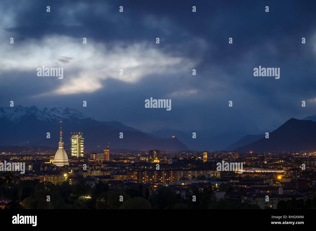 Turín horizonte desde la Mole Antonelliana a la Sacra di San Michele Foto de stock