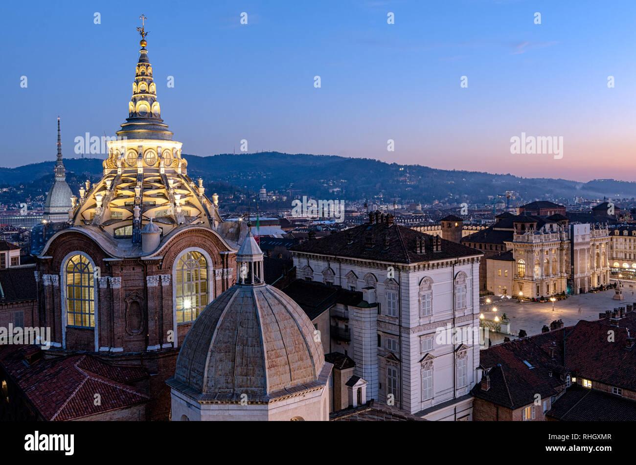 Horizonte de Turín con la Mole Antonelliana y Guarini Catedral Dome Foto de stock