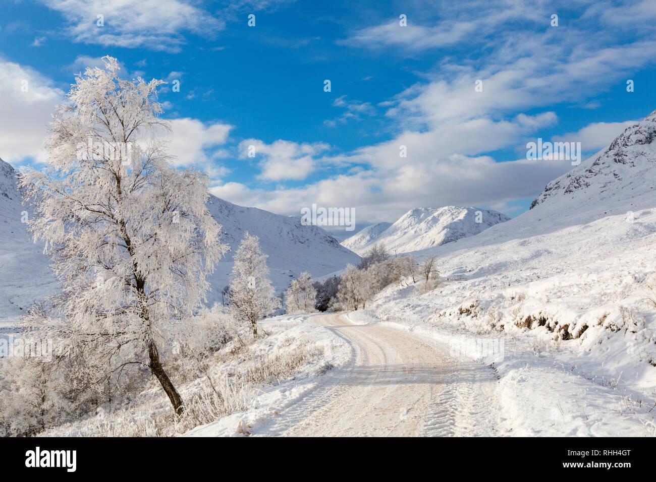 Helada hoar convierte la escena en un país de las maravillas invernal a lo largo de la carretera por Coupall cae a Glen Etive en Rannoch Moor, Highlands, Escocia en invierno Foto de stock
