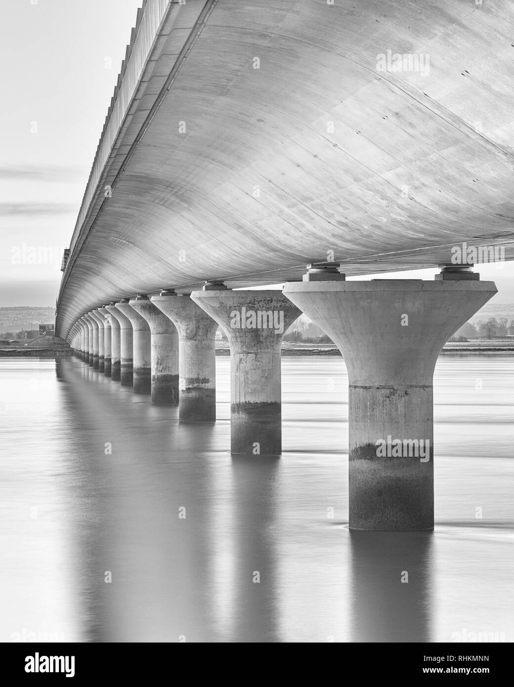 La vista desde el puente de Clackmannanshire Fife / Clackmannanshire, Escocia. La larga exposición en blanco y negro Foto de stock